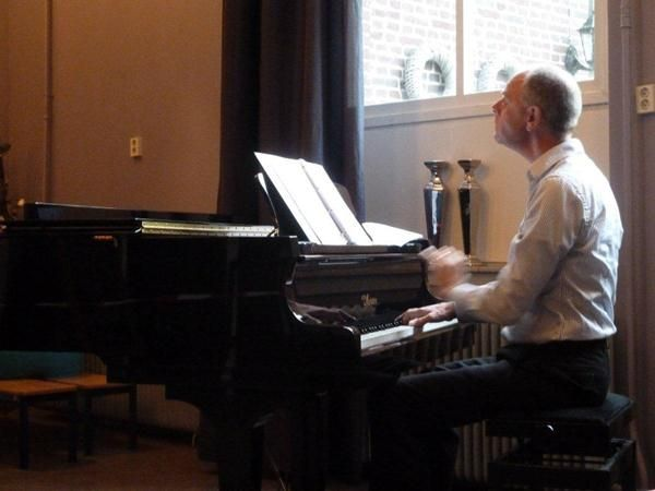 """""""Maarten speelt altijd het adagio uit Mozarts Veertiende Pianosonate uit zijn hoofd. Al jaren. En nu opeens kan hij het begin niet meer vinden."""""""