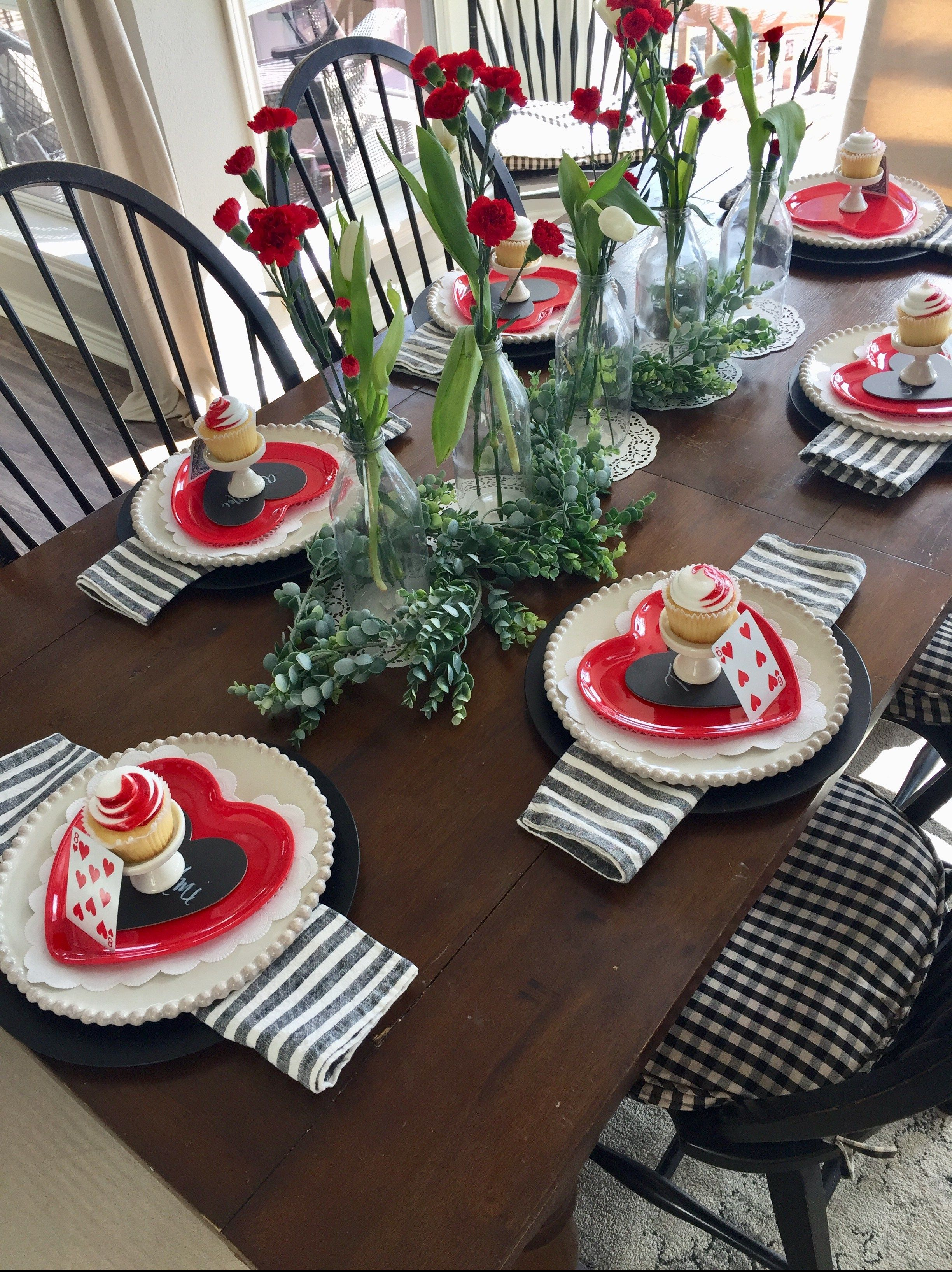 In This Post I M Sharing Some Fun And Simple Valentine Day Decorating Ideas Valentine Table Decor Romantic Tabl Decoracion Mesas Mesa De Navidad Como Adornar