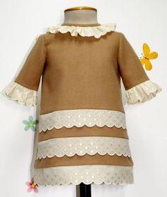 Vestido para bebe niña en paño camel y adornado con tirabordada beige.  Forrado. 82719f1ad70b