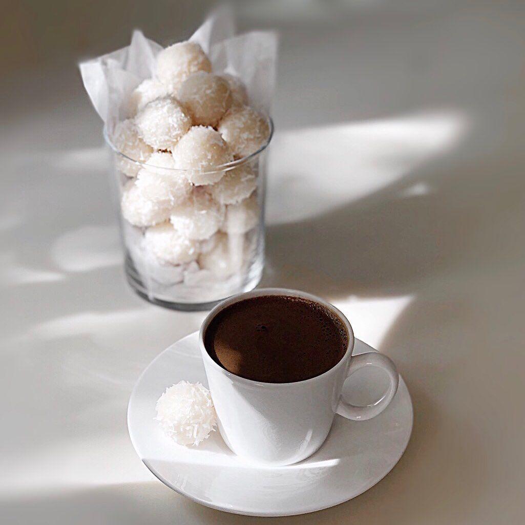 Sara Alrgiba سارة الرقيبه On Instagram كرات جوز الهند عشاق جوز الهند مافيه أسهل من هالوصفة جربوها ارفقت بالصور الوصفة والقيم Sweets Tableware Glassware