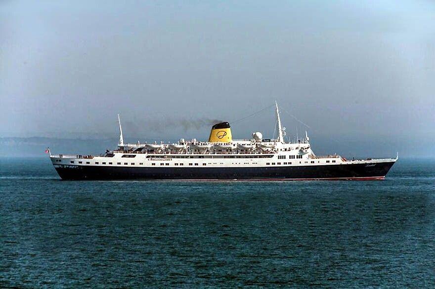 """O """"Funchal"""" – único remanescente da frota portuguesa de navios de passageiros. Exibe as suas actuais cores do novo proprietário – a Portuscale Cruises."""