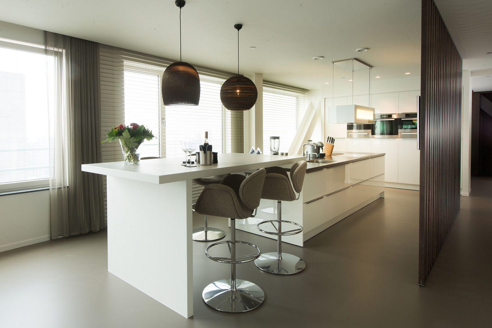 Moderne tieleman keuken met geïntegreerde bar tafel kookeiland en