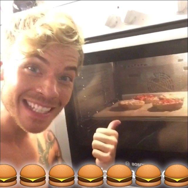 Tässä on mun tekemä Pizzaburger-video. Käy antamassa sille äänesi Hyvän Pizzan lähettilään Facebookissa www.facebook.com/hyvanpizzanlahettilas tai Dr.Oetkerin- sivuilla www.oetker.fi ja olet mukana Panasonicin 4K Ultra HD-Television arvonnassa!! (arvo 1000€) #pizzaburger @droetkersuomi yhteistyössä @woisuomi