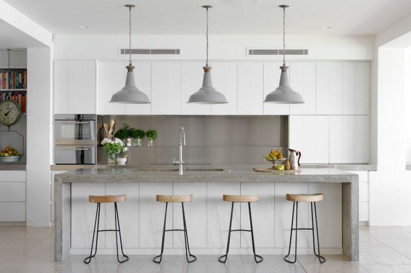 weiße küche mit grifflosen fronten und beton-arbeitsplatte, Möbel