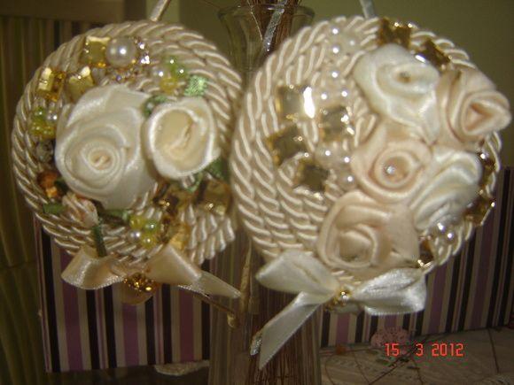 Tiara de cordão de seda com flores, strass, cristais etc.. R$ 45,00