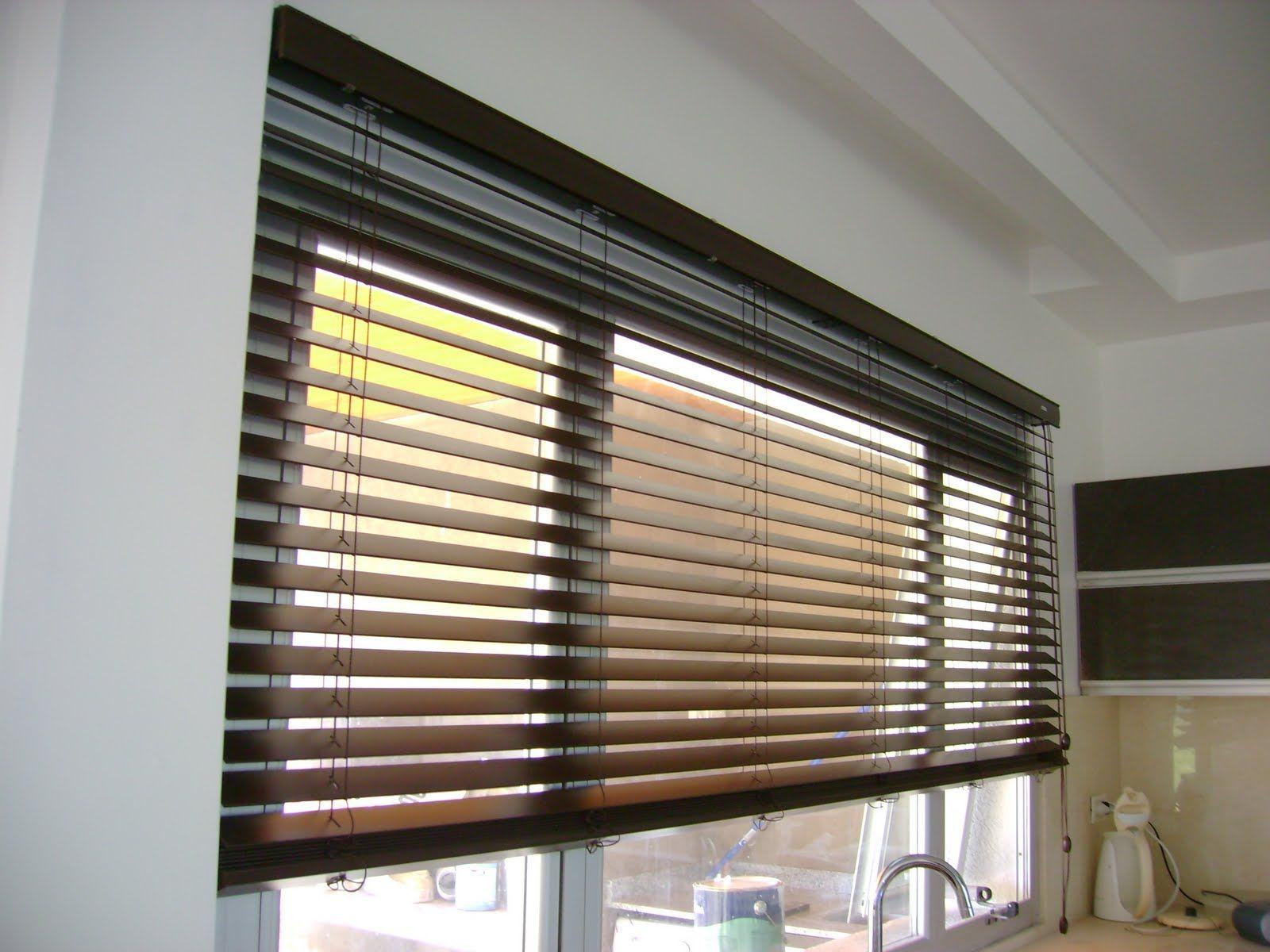 cortina veneciana de lamas horizontales en madera o