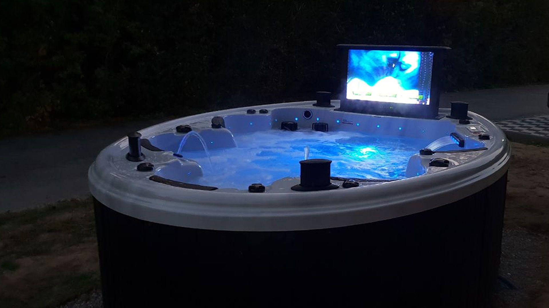 Referenzen Bildern Von Glucklichen Whirlpool Schwimm Spa Kunden Whirlpool Spa Schwimmen