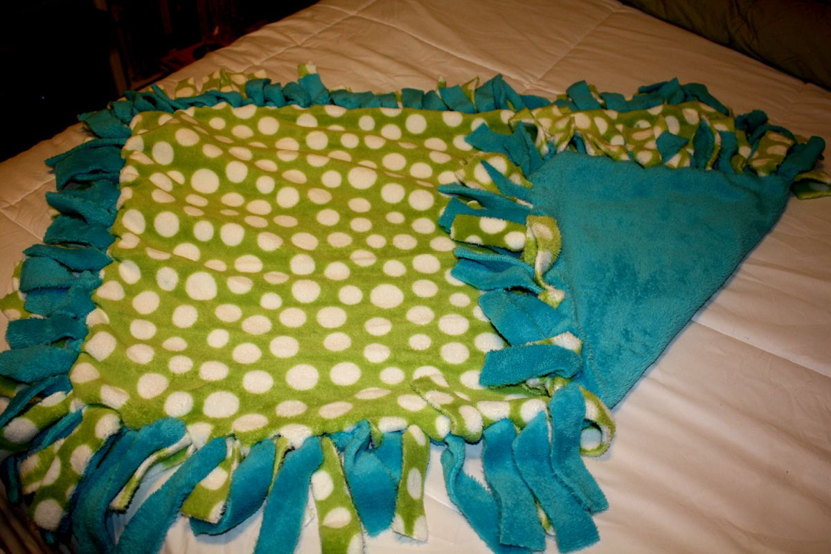 An EasyPeasy No Sew Blanket No sew blankets, Fleece