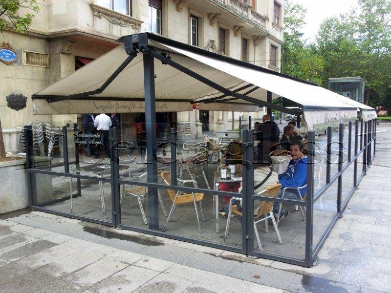 Terraza de bar climatizada con mamparas cortavientos y toldos
