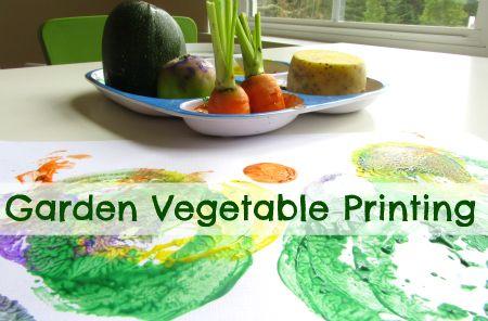 Pintura feita com impressão de diferentes vegetais cortados