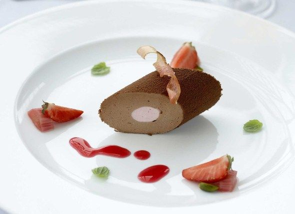 Frozen chocolate and strawberry mousse / Suklaamansikkamousse