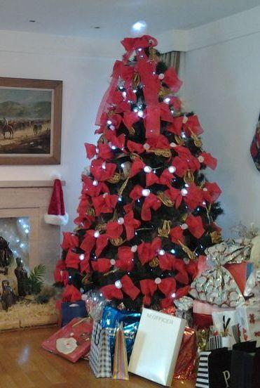 Arvore De Natal Decorada Com Lacos Vermelhos E Rosinhas Brancas