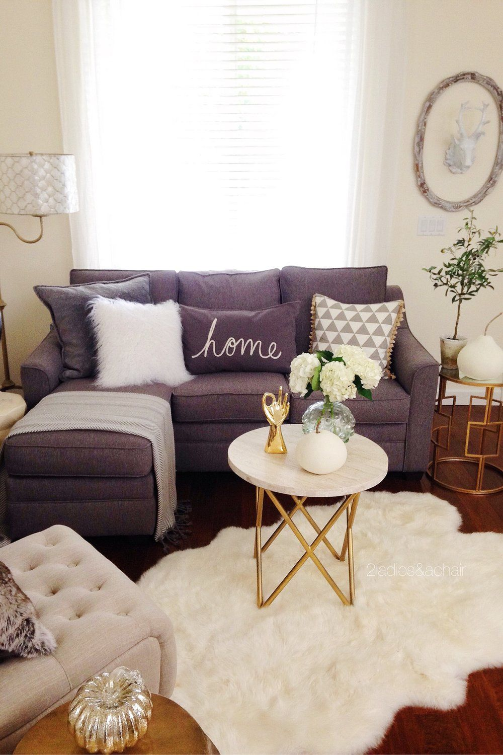 Transitioning into Fall Decor #smallapartmentlivingroom