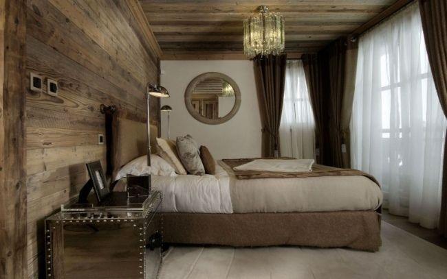 schlafzimmer holz wand deckenverkleidung kronleuchter nachttisch