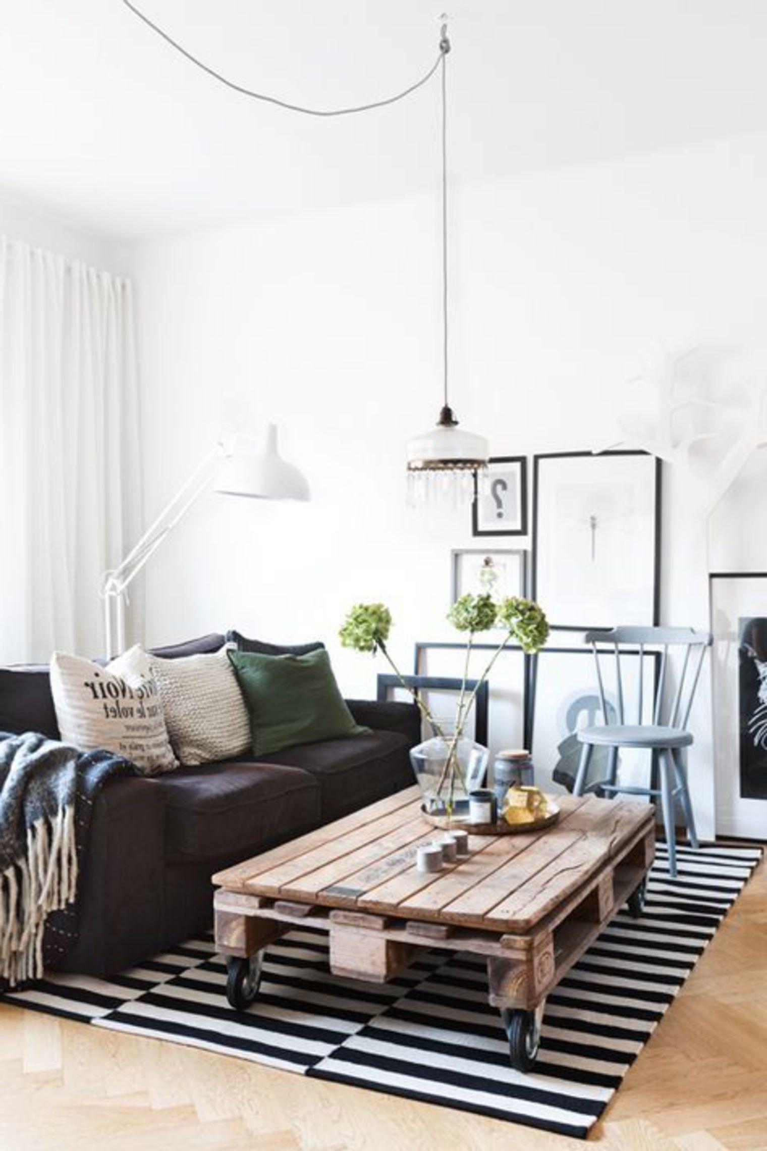 Wohnzimmer mit tisch aus paletten einrichten einrichten und wohnen - Wohnungseinrichtung planen ...