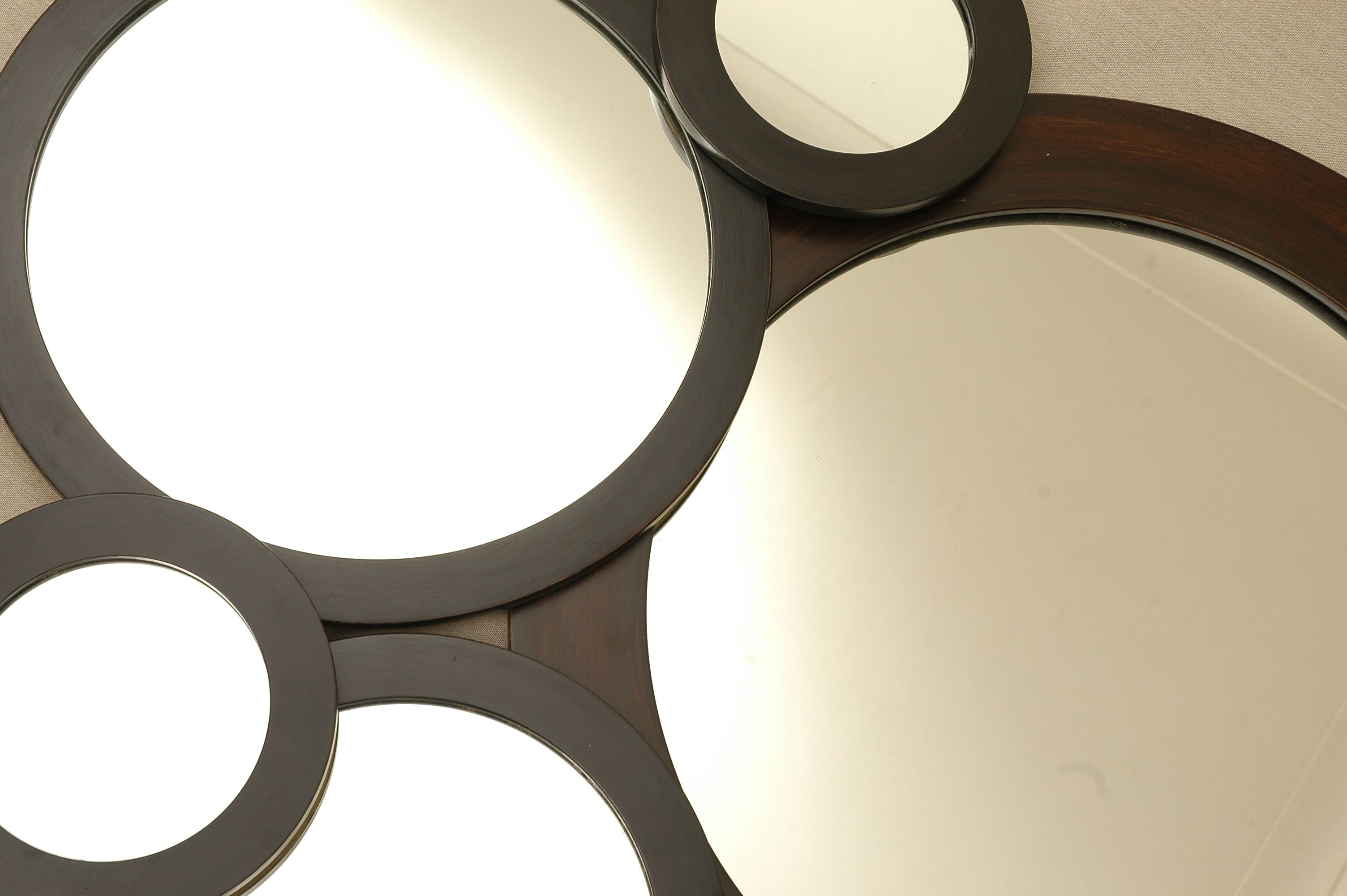 Espejos redondos con marco de madera espejos for Espejos circulares pared