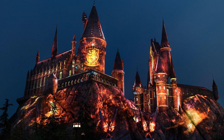 The Nighttime Lights At Hogwarts Castle Gryffindor Disney Hogwarts Magie