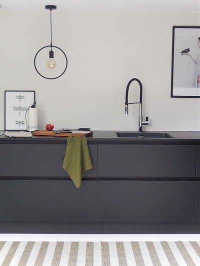 Binnenkijken bij deense_zomer - All black matte keuken.