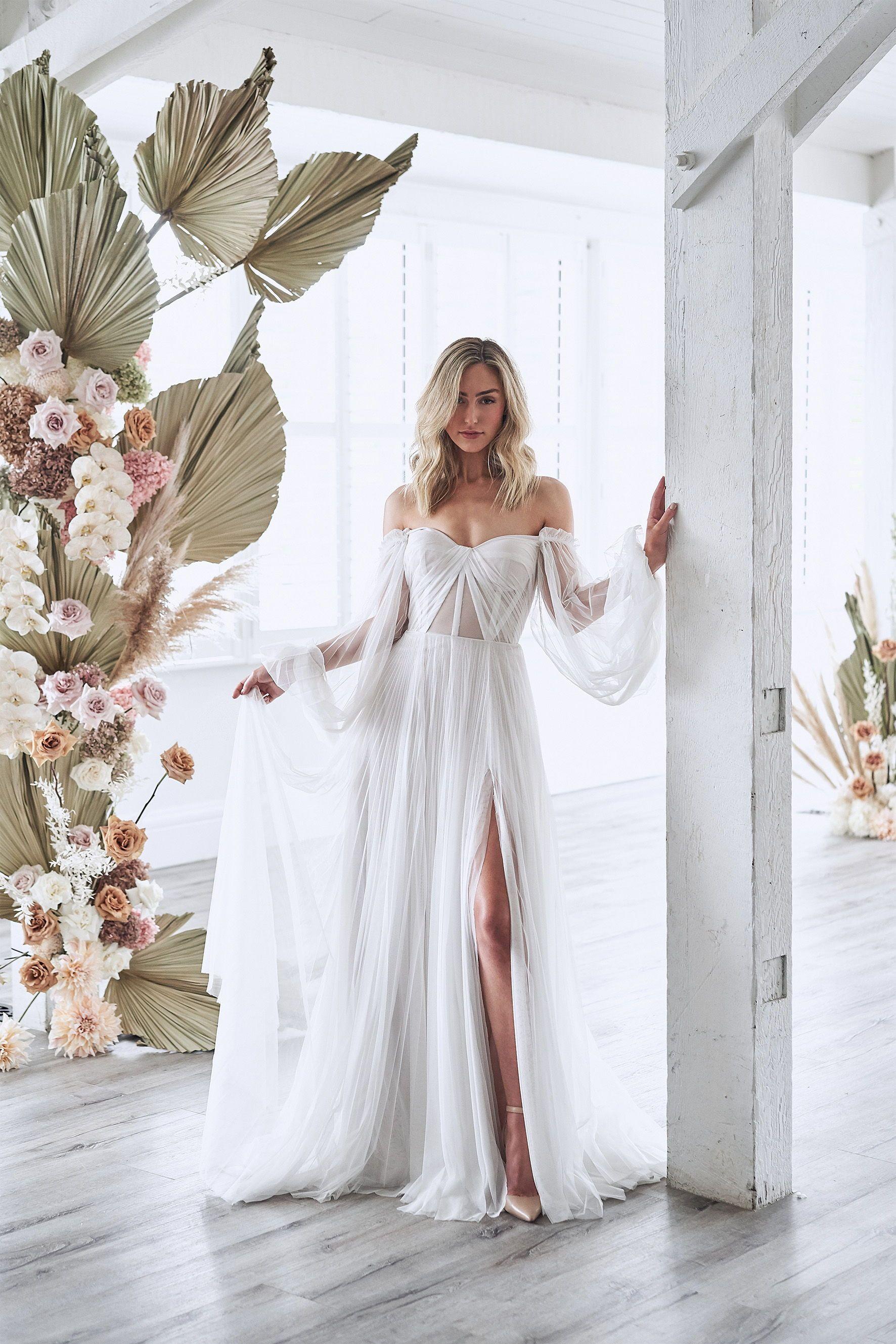 Timeless Elegance In This Romantic Minimalist Wedding Wedding Dress Inspiration Wedding Dresses Minimalist Wedding Dresses [ 2658 x 1772 Pixel ]