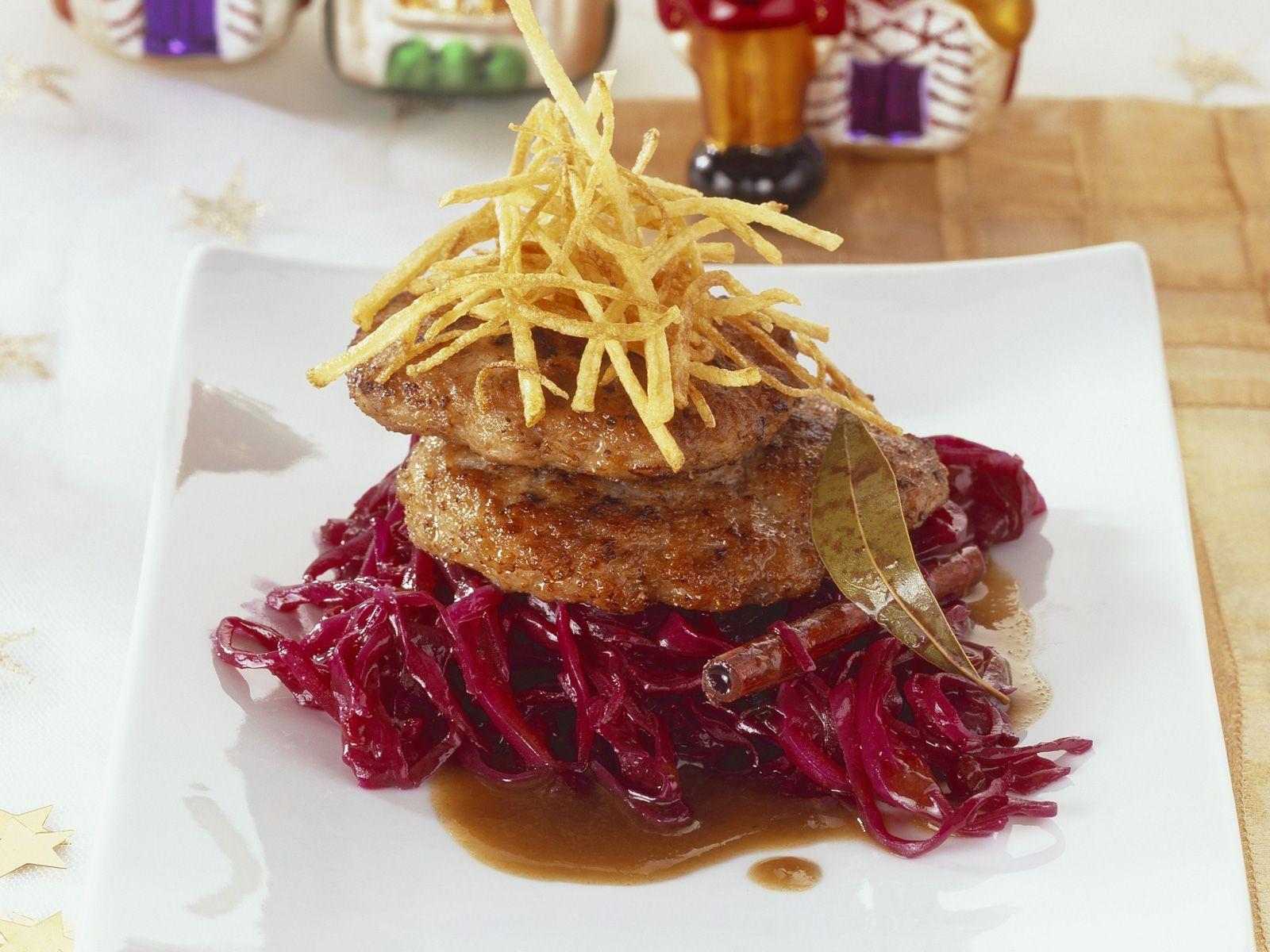 Weihnachtliche Buletten mit Preiselbeer-Rotkraut und Lebkuchen-Biersoße | Zeit: 40 Min. | http://eatsmarter.de/rezepte/weihnachtliche-buletten-mit-preiselbeer-rotkraut-und-lebkuchen-biersosse