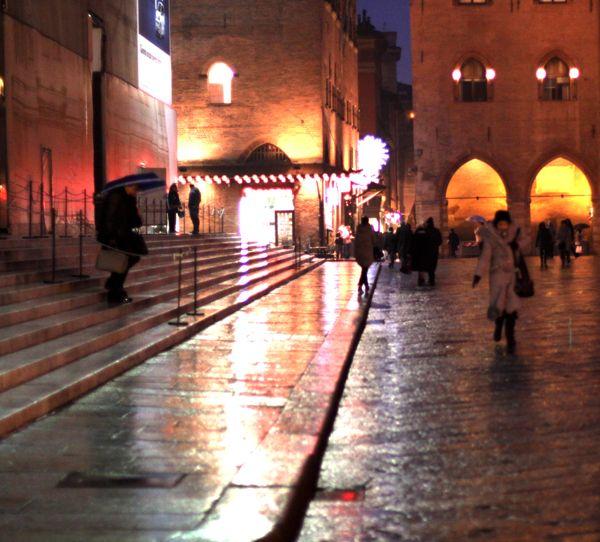 Piazza Maggiore, la notte, riflette i sogni