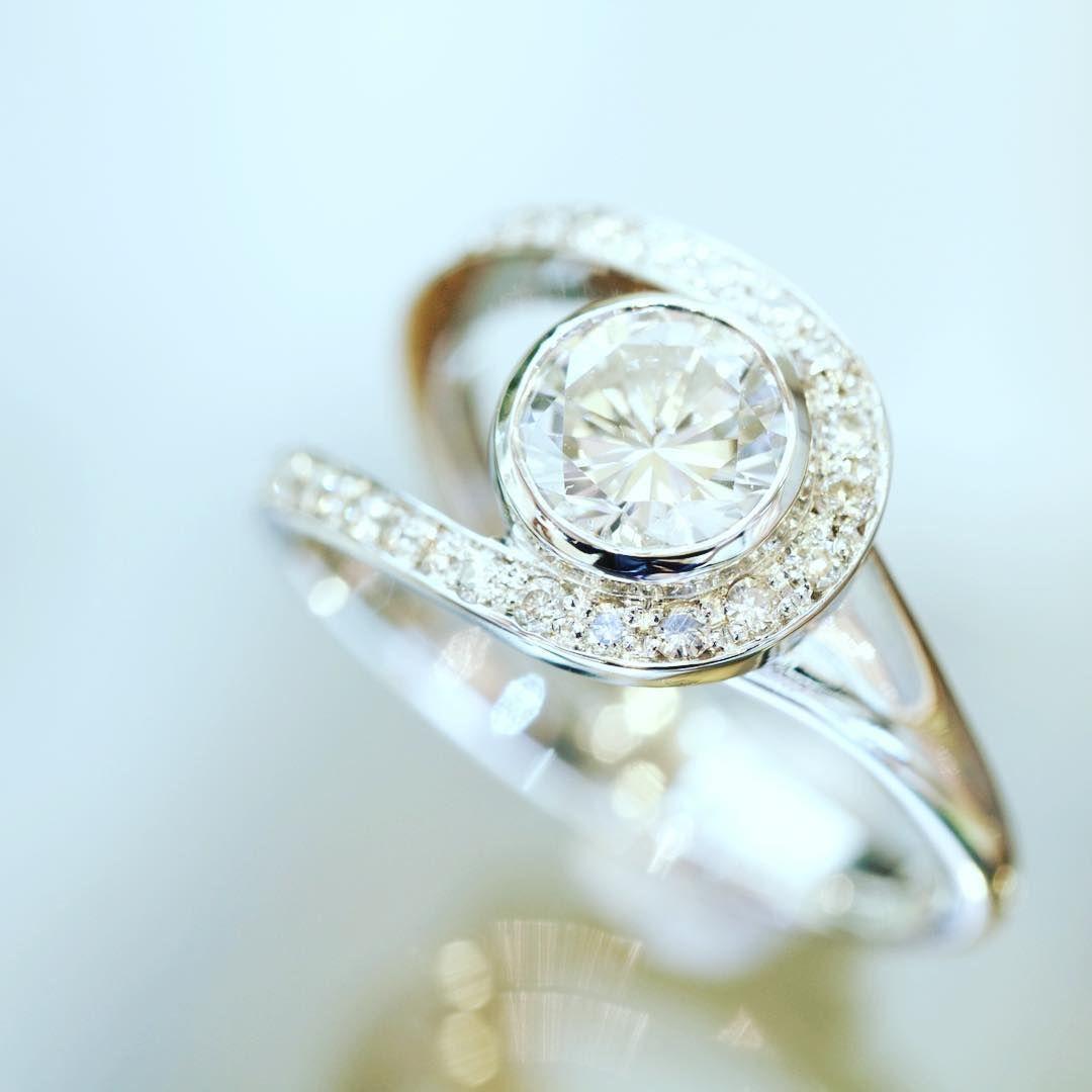 ダイヤモンドの新作リメイク お客様のお手持ちのジュエリーを材料に ダイヤモンドを全て丁寧に取り外し グラデーションに並び替えてのオリジナルデザイン engagement rings jewelry engagement