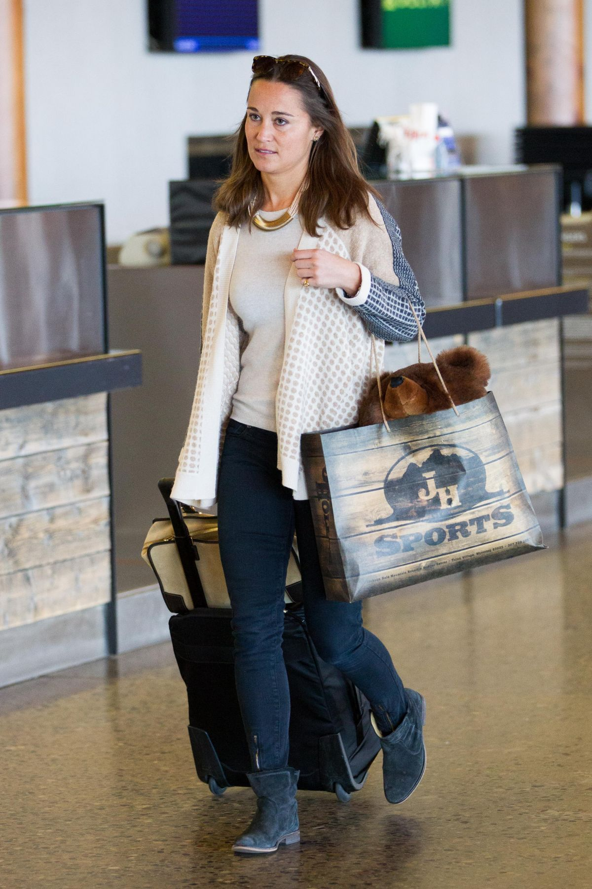 pippa-middleton-spotted-at-jackson-hole-airport-in-wyoming_7.jpg (1200×1800)
