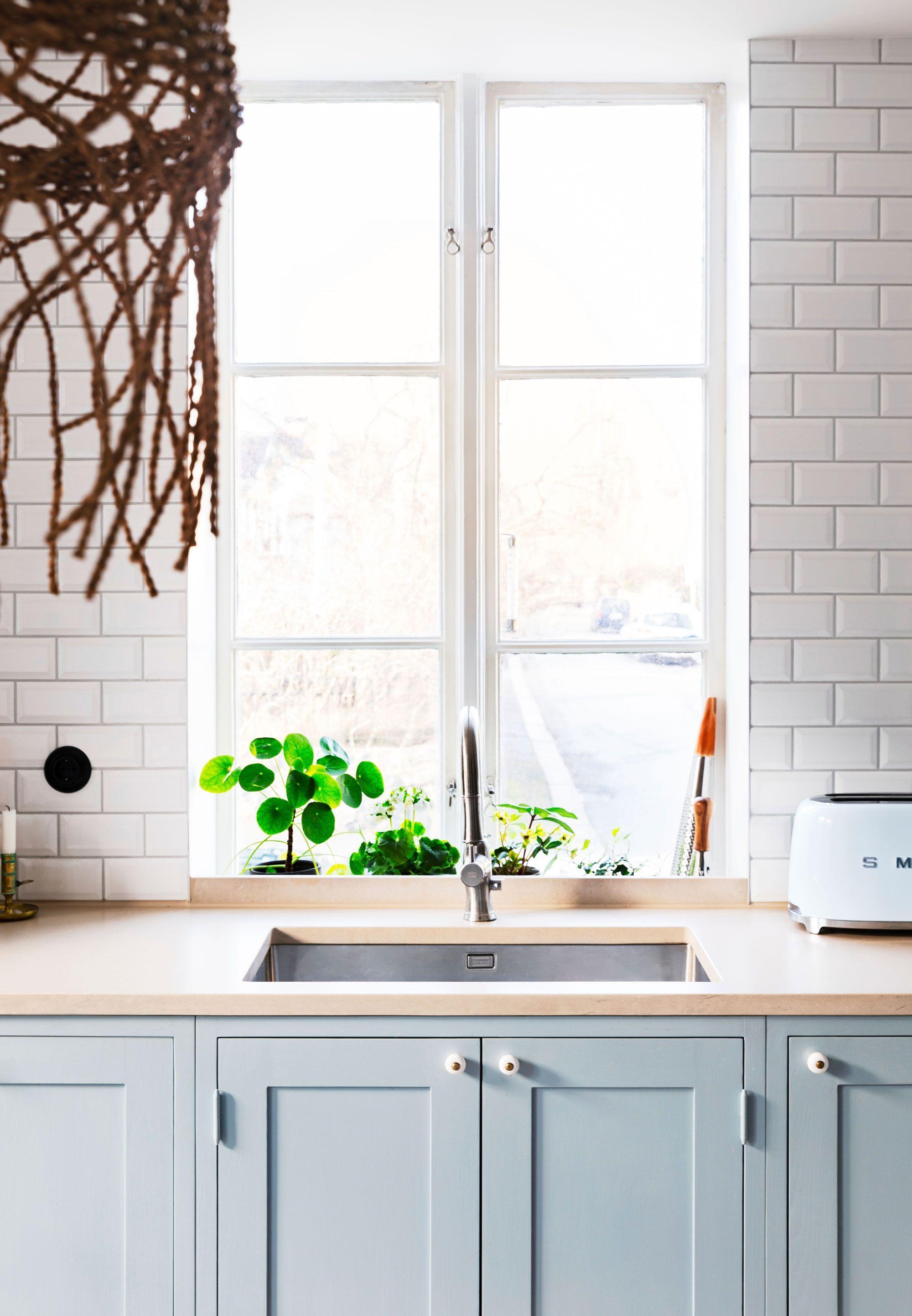 Photo of Kjøkkenet er renovert i ristestil med enkelt formspråk og bohemsk berøring