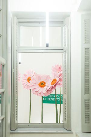 Ιδέες διακόσμησης με χαρτί. Χάρτινα λουλούδια στο event παρουσίασης της συλλογής s/s2016 Benetton. Δείτε περισσότερα έργα μας στο  http://www.artease.gr/interior-design/emporikoi-xoroi/