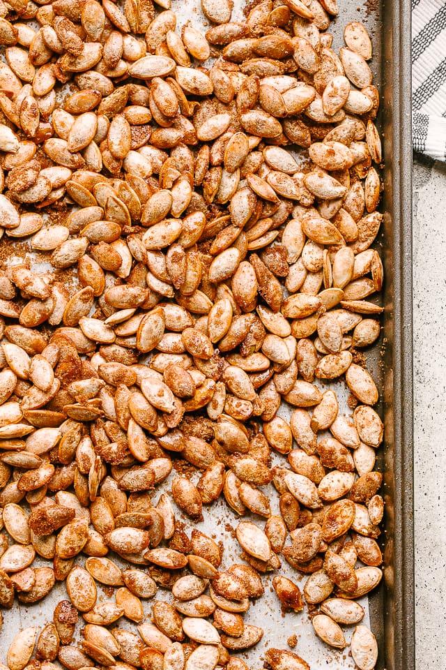 A Totally Delicious Cinnamon Sugar Pumpkin Seeds Recipe! #roastedpumpkinseeds