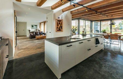 Super Modern landelijke keuken met kookeiland en kastenwand. Gekocht bij &RD56