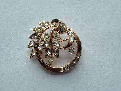 Broche van een Trifari set uit 1954; de ontwerpen van alle onderdelen van de set zijn te vinden op jewelryPatents.com