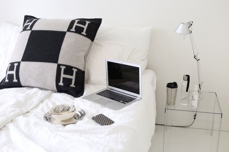 Homevialaura | Blogging at home office | bedroom | Artmide Tolomeo | Kartell Jolly | Hermes Avalon | oatmeal