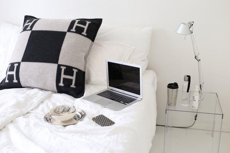 Homevialaura | Blogging at home office | bedroom | Artmide Tolomeo | Kartell Jolly | Hermes Avalon | oatmeal