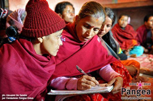 """Nepal.  Corsi di alfabetizzazione.  In: """"10 anni con Fondazione Pangea"""" (www.pangeaonlus.org)"""