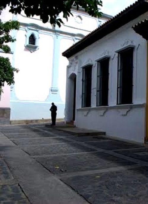 Casa histórica de la querida escritora Teresa de la Parra. Está ubicada al lado del recién renovado Panteón Nacional y fue declarada en 2009 Bien de Interés Cultural Venezuela