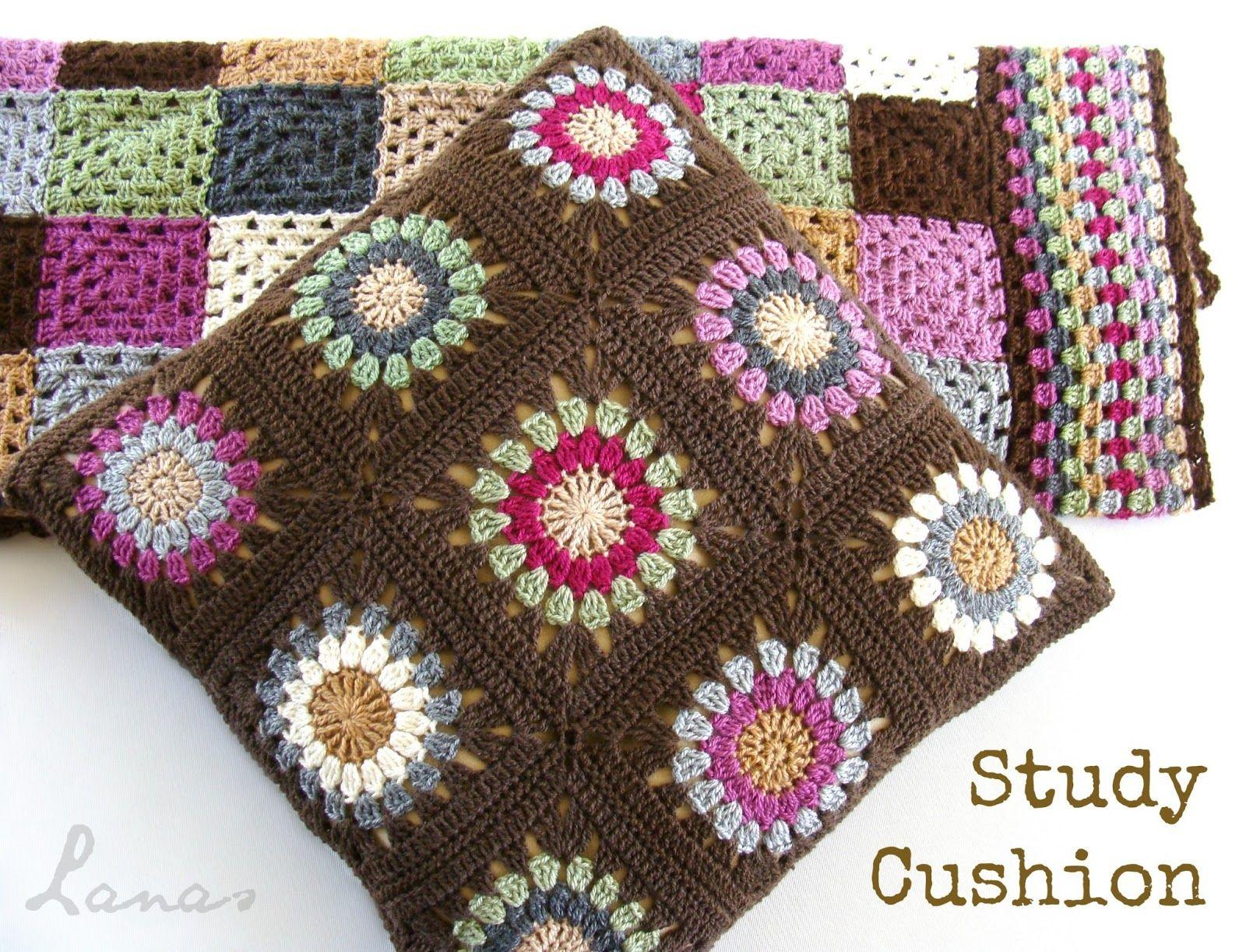 Lanas de Ana: Cushion with Sunburst-like Motif