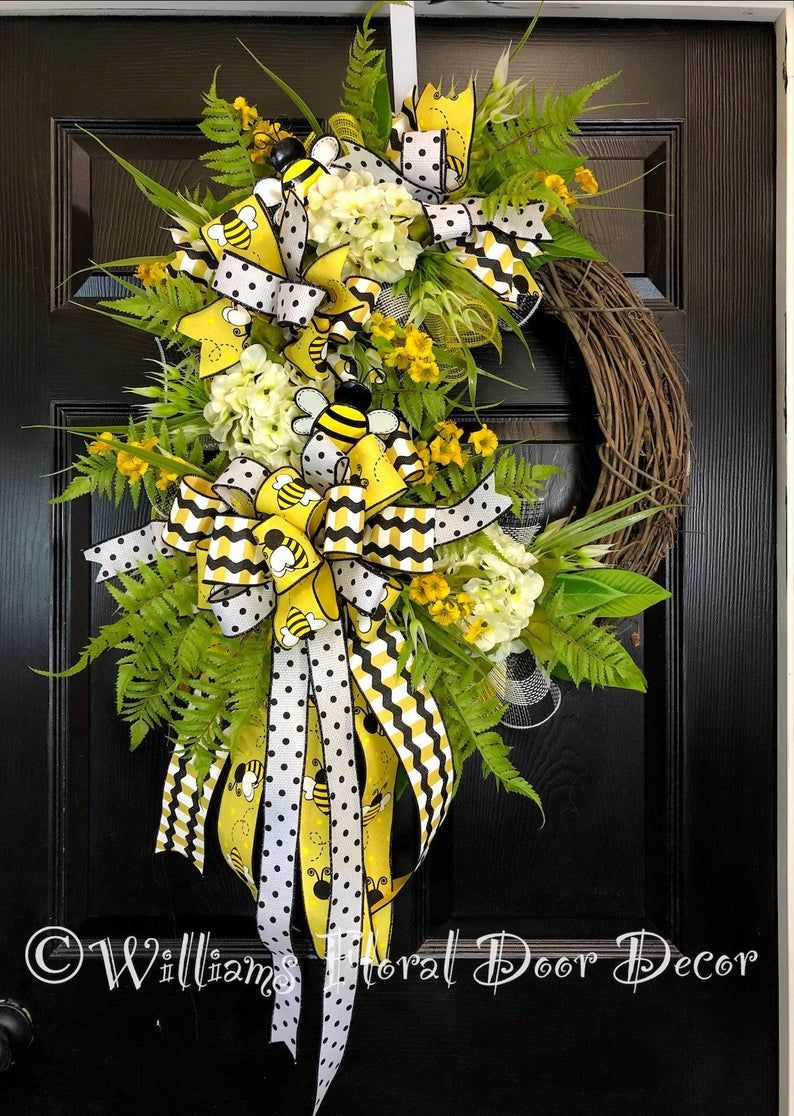 White daisy wreath with bumble bee Spring wreath Summer wreath Front door wreath Summer wreath    wreath for front door housewarming gift