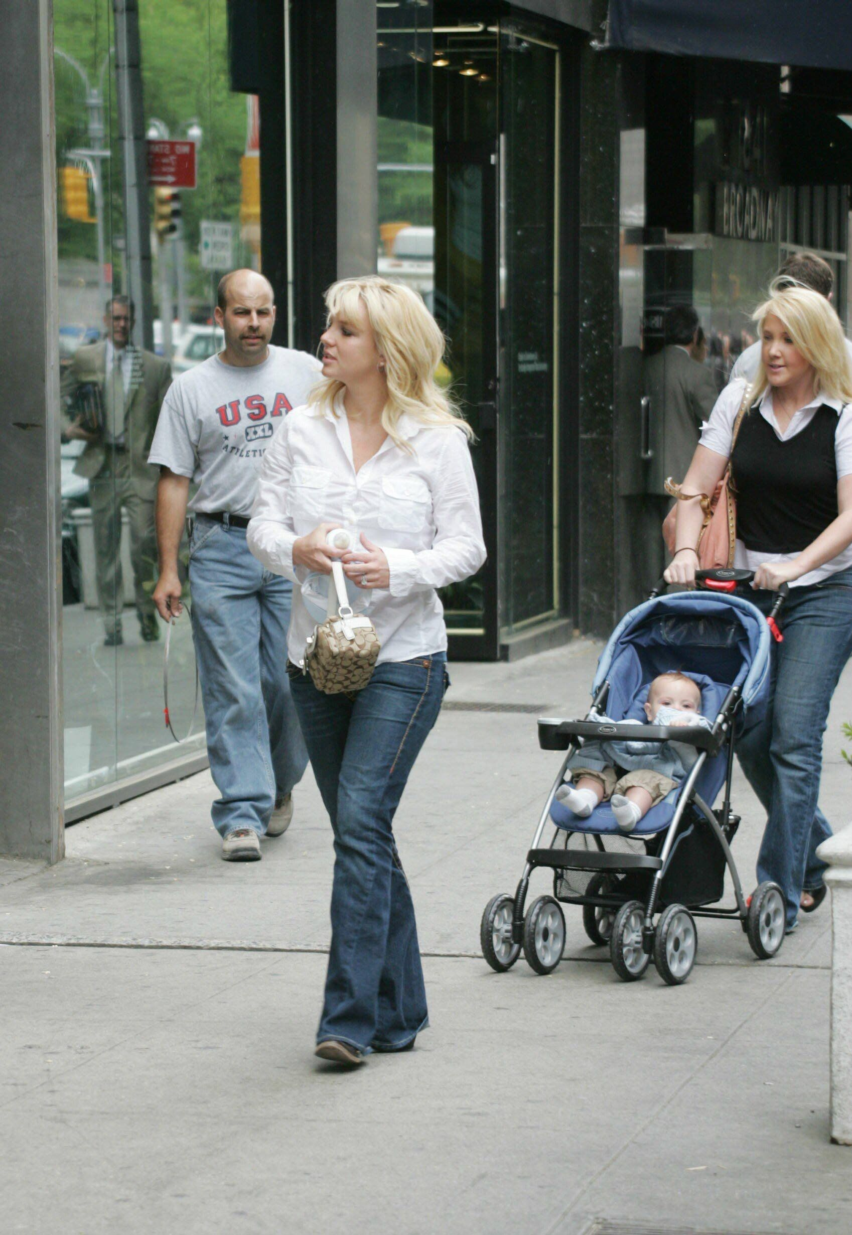 2006 05 09 Britney And Sean Shopping For Baby Clothes In NYC