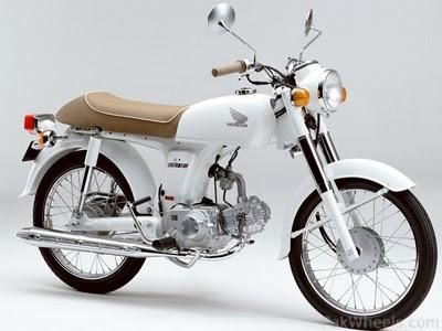 Honda Benly 50 S 2006 Clean White Is Really Great Colour With Beige There Are Some Very Hot BMW In Cream And Navy The Business Gal Going To Work Hmm