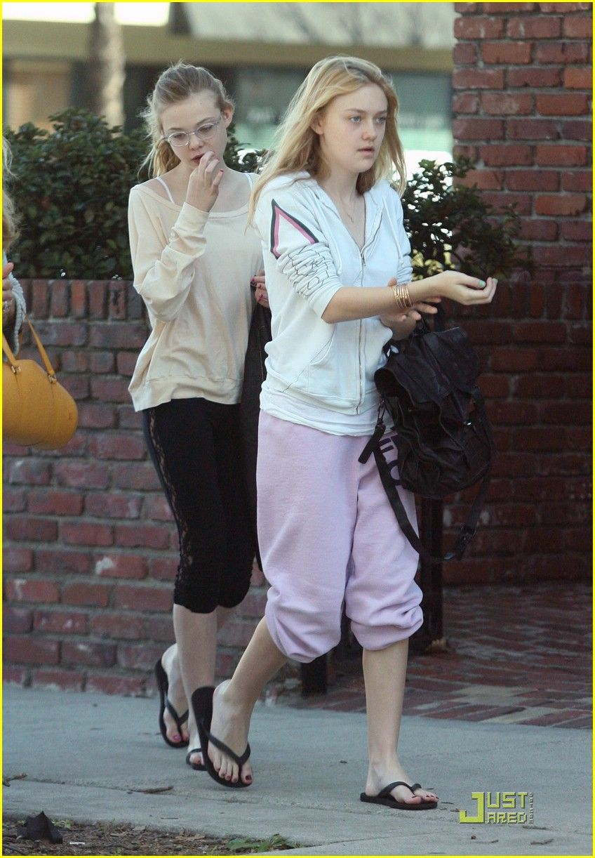 ELLE FANNING OUT WITH DAKOTA FANNING | Dakota and Elle ...