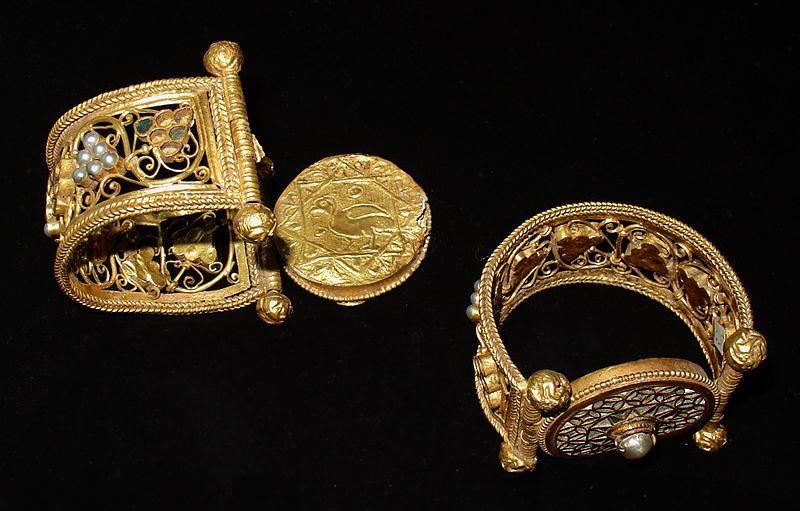 File:Bijoux byzantins - Varna.JPG