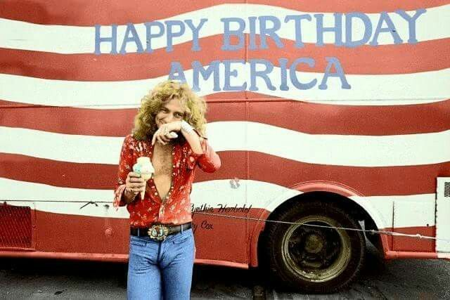 Robert Plant eating an ice cream #robertplant Robert Plant eating an ice cream #robertplant