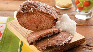 NOVA RECEITA Não tem grelha (nem espaço) para fazer um churrasco em casa? Não há problema!  Esta picanha no forno fica igualmente DE-LI-CI-O-SA! #Picanha_no_forno_com_sal_grosso #receitas #carne #picanha #sal #forno