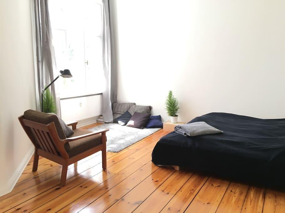 Schlafzimmer Sessel ~ Schlafzimmer mit sessel und leseecke sowie großem fenster