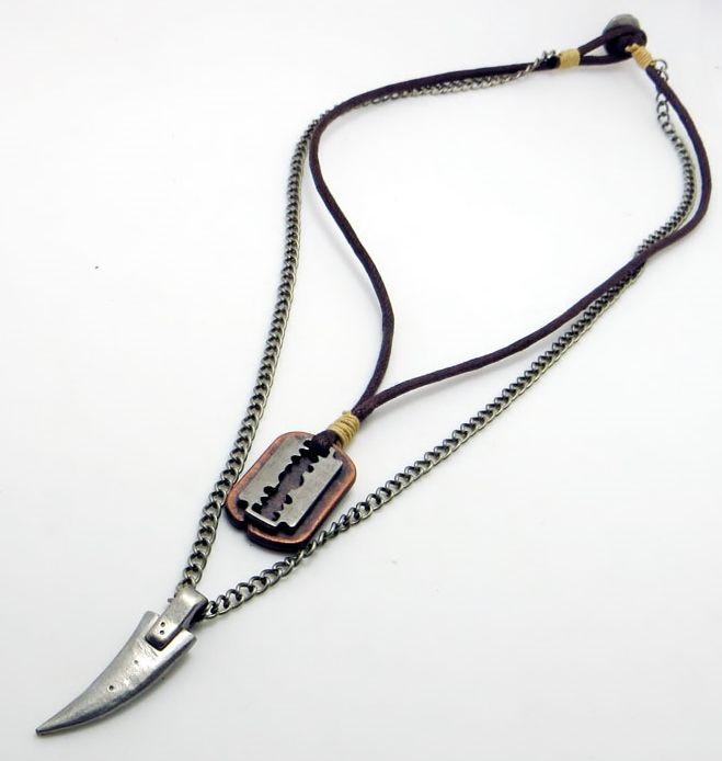Sommarens coolaste halsband? Snyggt, coolt dubbelt halsband med tuff blandning av vaxad bomullsrem och metall. Huggtand, rakblad och id-platta i skön mix. Priset är minst sagt bra! 169:- inklusive frakt!