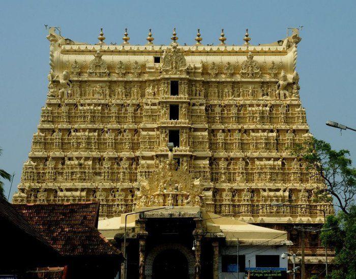 Храм Падманабхасвами был сооружен в честь бога Вишну. Находится он в Тривандруме, что в индийском штате Керала.