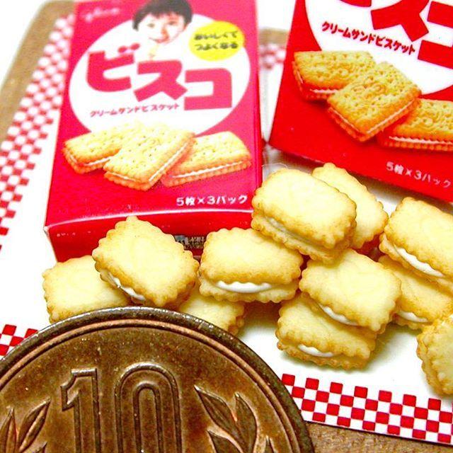 ミニチュア グリコ ビスコ♪ 樹脂粘土で制作 お菓子の作り方は #ブティック社 様から発行の「樹脂粘土で作るあの有名お菓子のレシピ」に掲載してあります箱の作り方は載せていませんので、本物の箱をスキャンし、縮小してプリントアウトしたものを組み立てて下さい ・ ⚠️‼️ 【樹脂粘土で作るあの有名お菓子のレシピ】掲載作品の販売希望のお問い合わせが多数ありましたが、本の紹介の為の作品投稿ですので、当方お菓子メーカー様のミニチュアの販売はしておりません ・ ・ #ミニチュア #ミニチュアフード  #ドールハウス  #江崎グリコ #グリコ #glico #ビスコ #グリコビスコ #お菓子 #おやつ #樹脂粘土 #フェイクフード #食品サンプル  #フェイクスイーツ #polymerclay #miniaturefood #miniature #foodsamples #japanesesnack #polymerclay  #biscuit