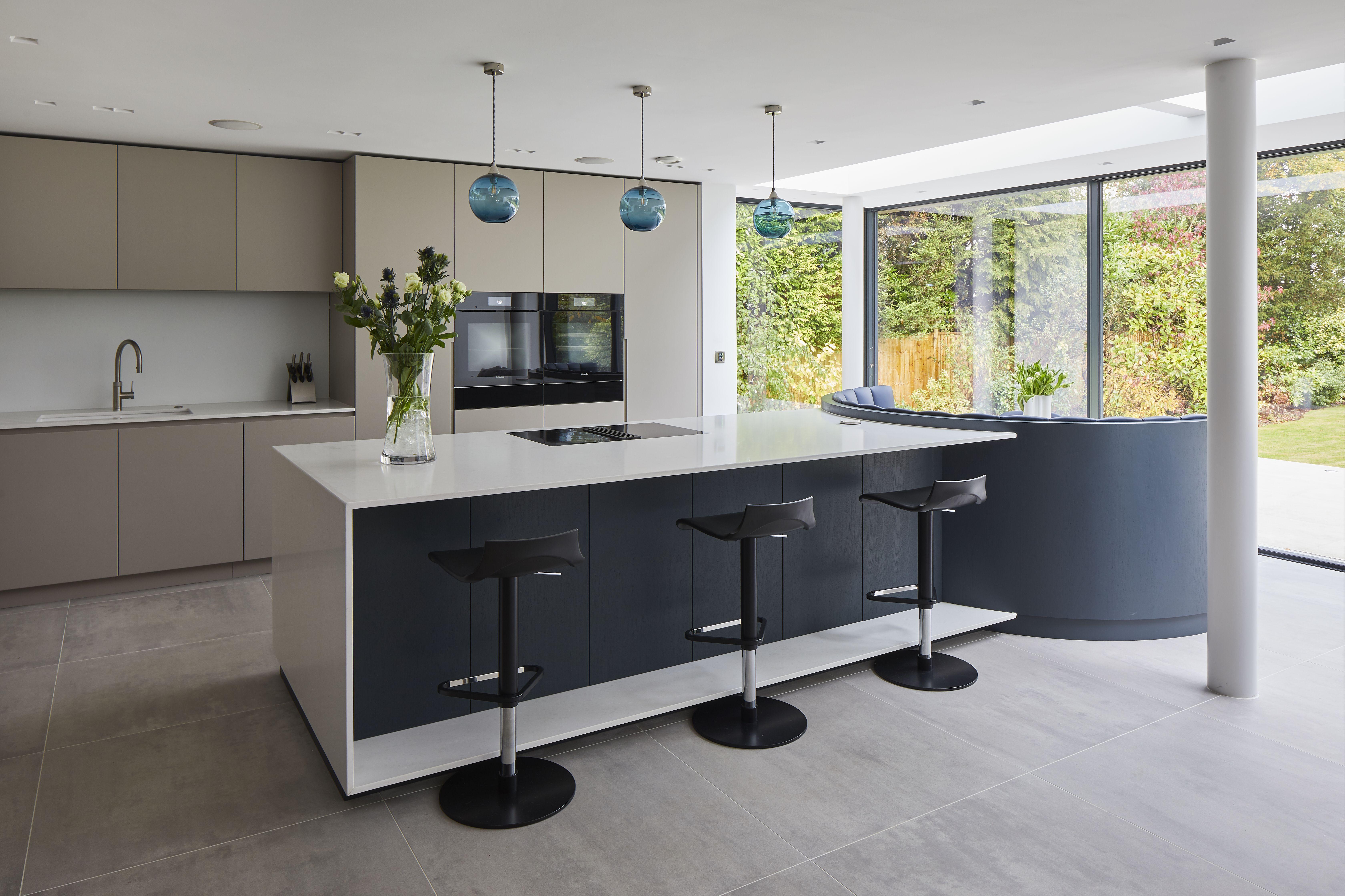 Stunning contemporary handleless kitchen by piqu piqu.co