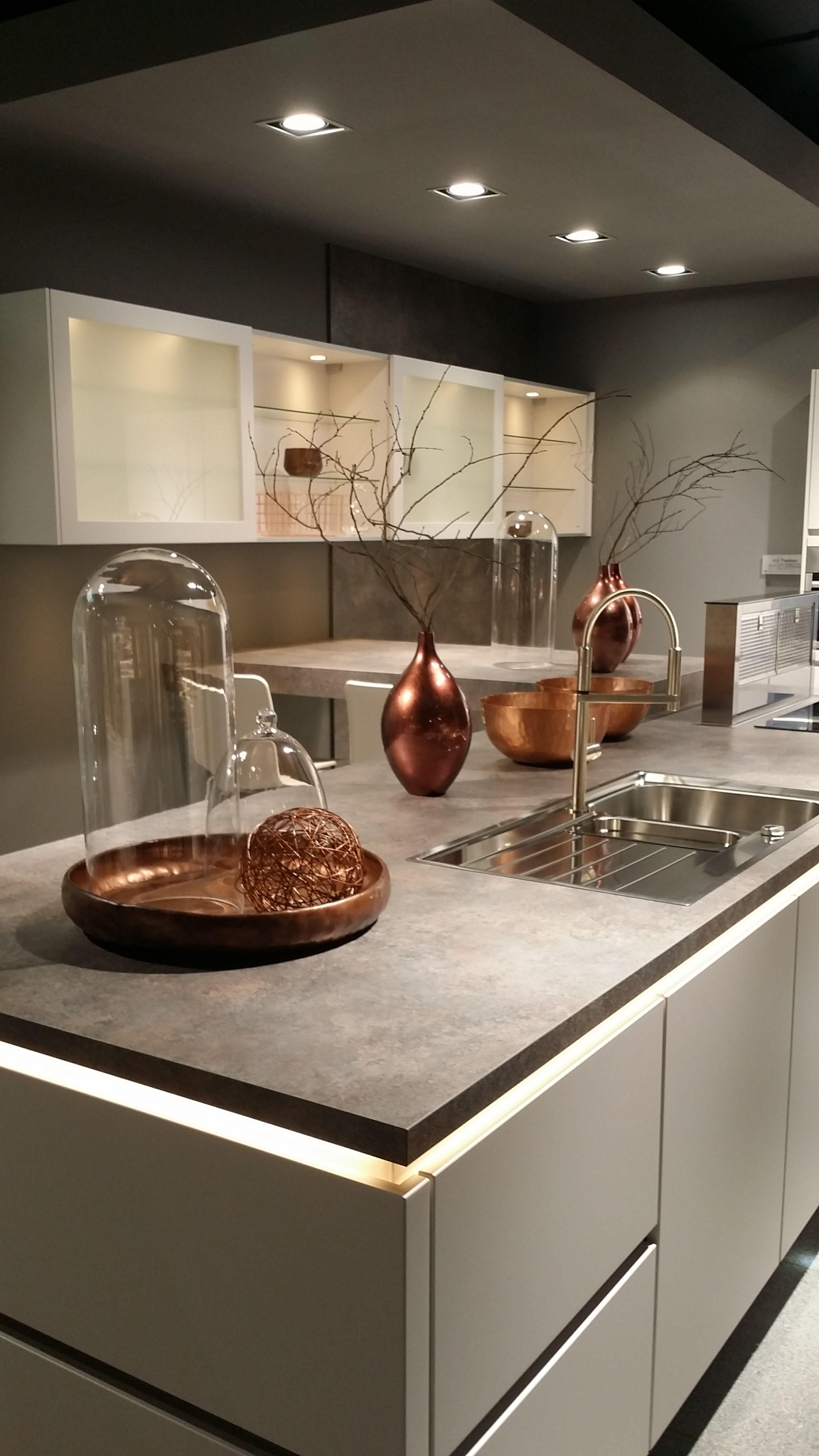 Cuisine Blanche Et Cuivre Sans Poignee Deco Cuisine Moderne Meuble Cuisine Cuisines Design